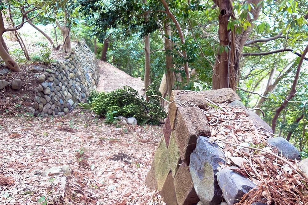 下り口にある対の石垣。右は塀跡、左はのり面