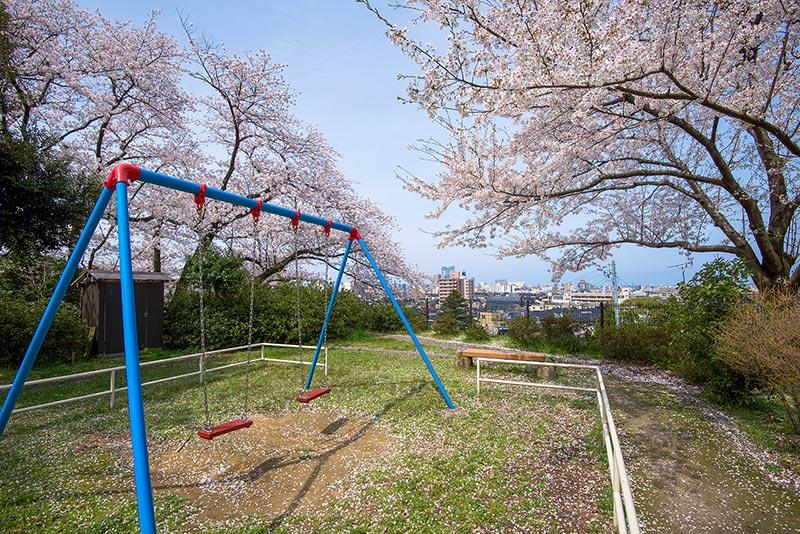 ひがし茶屋街近く、金沢の旧市街地を一望できる子来町緑地と宝泉寺