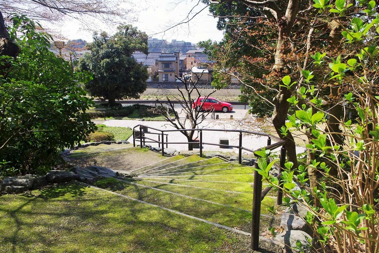 浅野川に面した常盤坂の登り口
