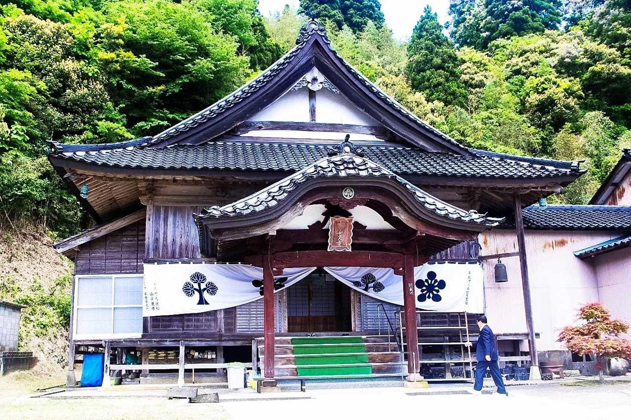 新善光寺(能登・真脇) 撞木造りを彷彿とさせる本堂