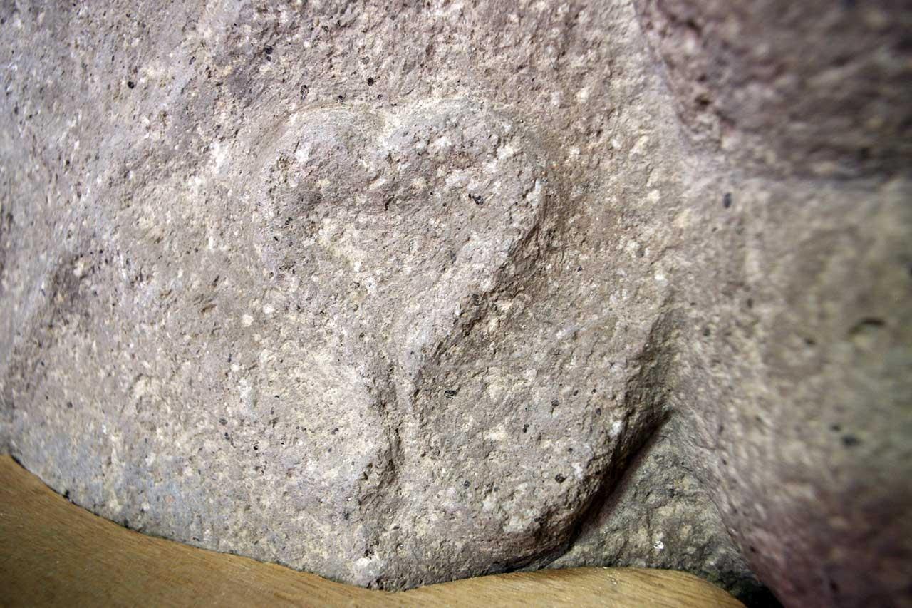地蔵尊の前裾に刻まれたハート型の紋様