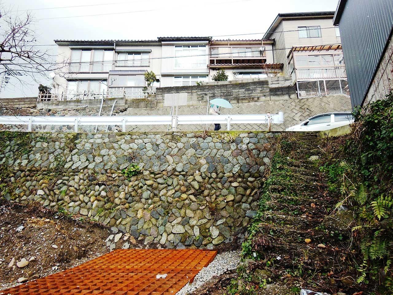 脇から見上げる。善光寺坂のかさ上げの歴史が垣間見える(2015.2.22撮影)