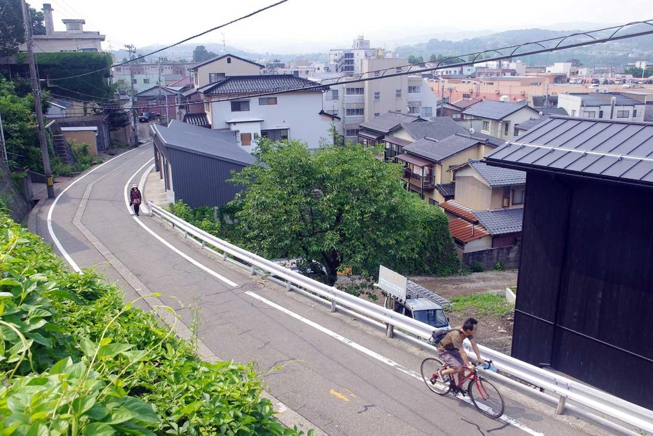 かつては胸突き八丁の坂上付近。いまでは自転車もこの通り