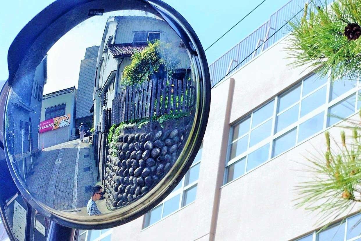 味噌蔵町小学校前のカーブミラーに映る槌子坂