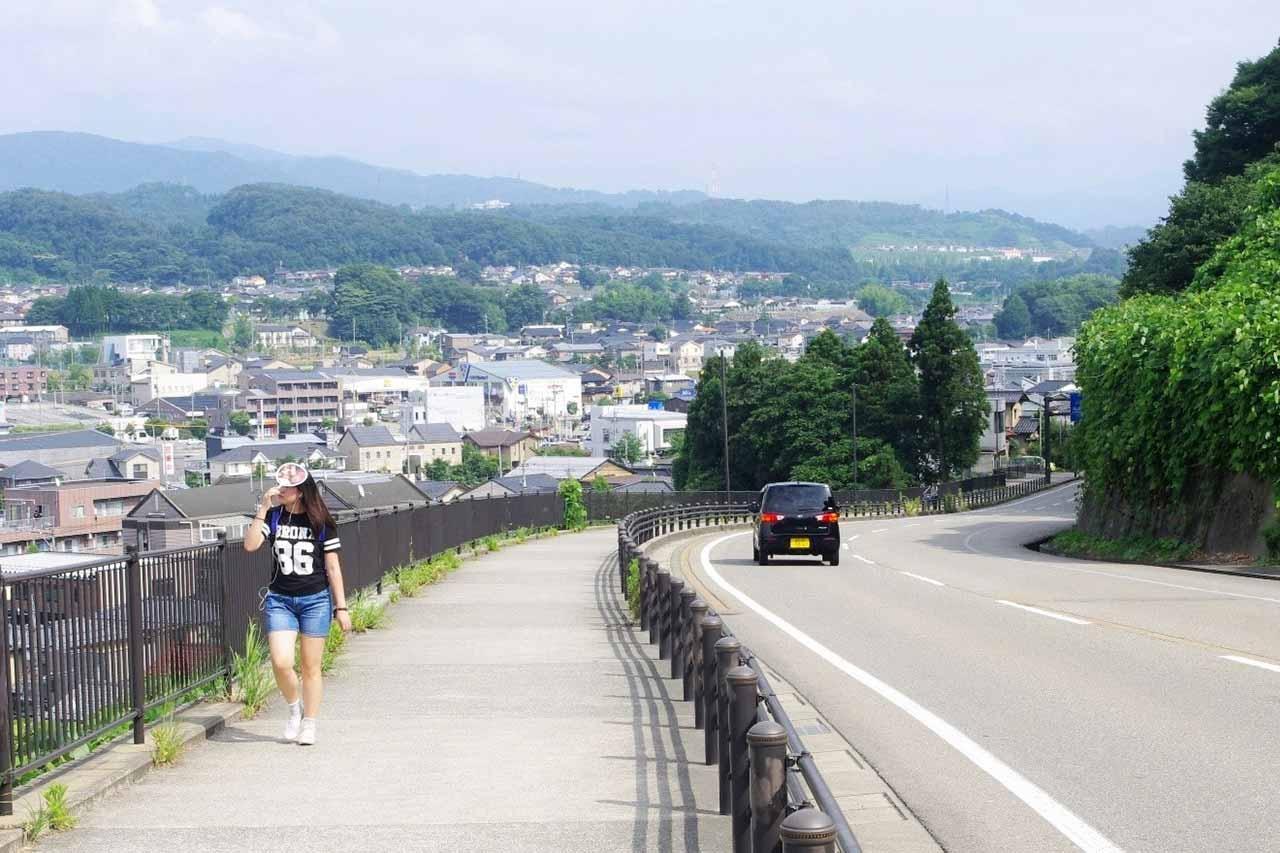 旭坂。向こうは戸室山(左奥)