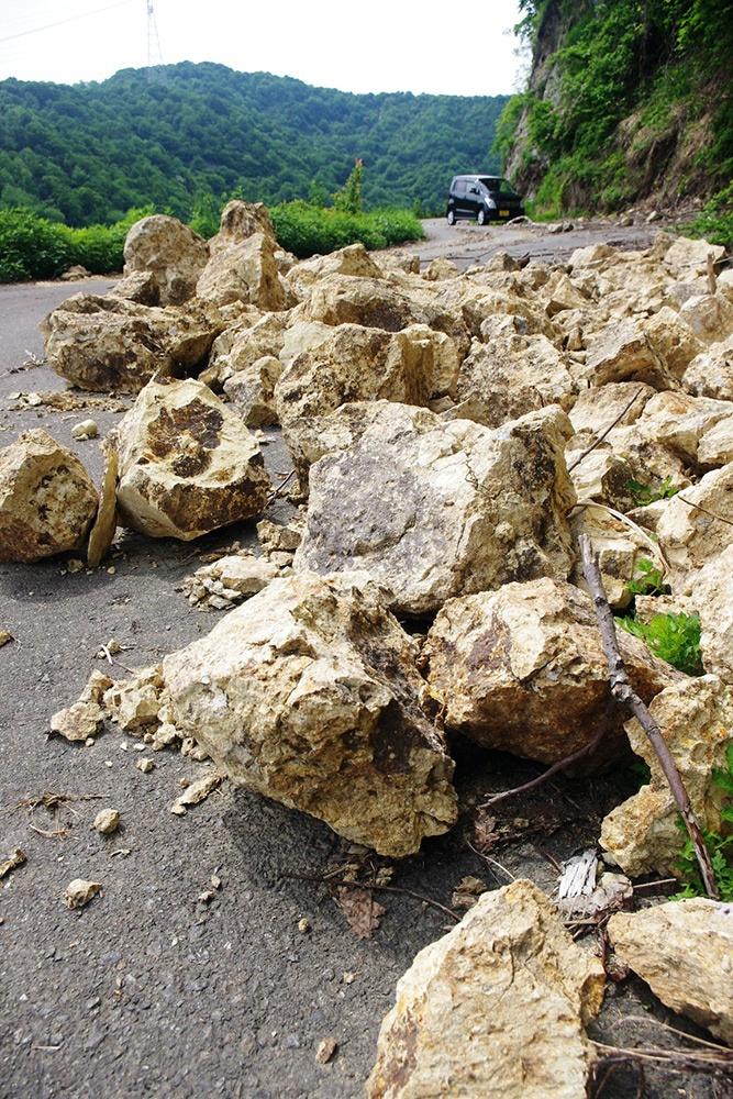 広域基幹林道犀鶴線(熊走方面)の落石(5月23日写す)