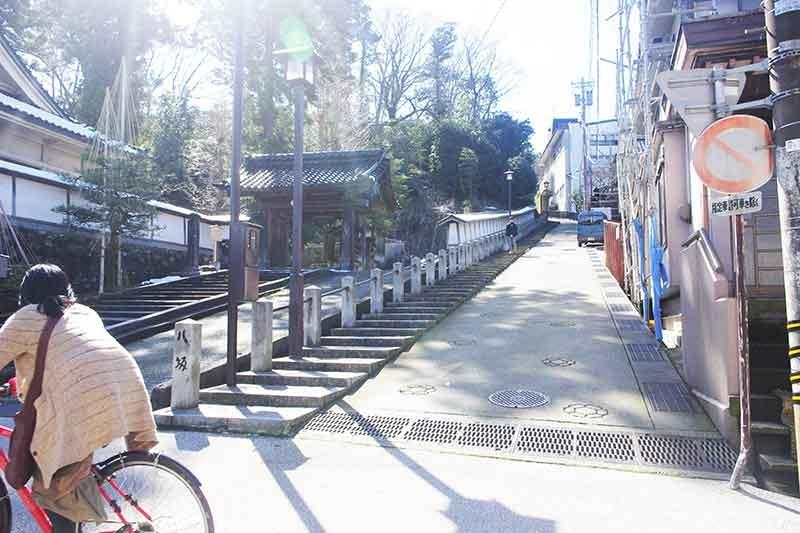 松山寺山門に寄り添う上り口