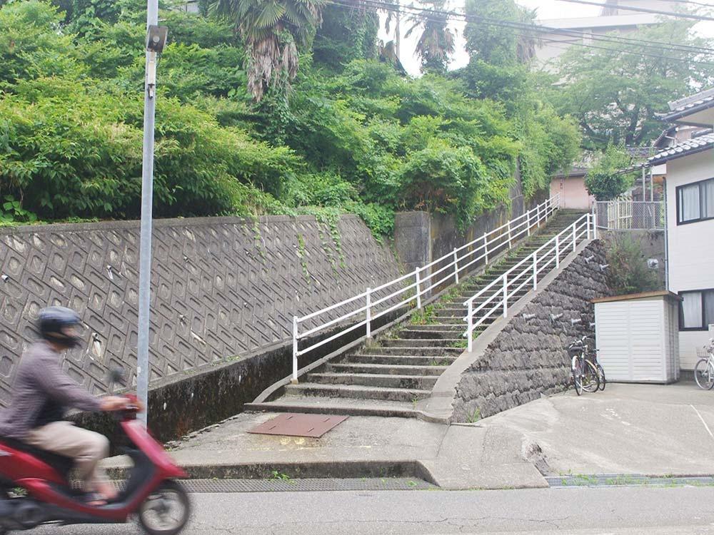 紫錦台中に通じる石段。取り付けの坂や階段が多い