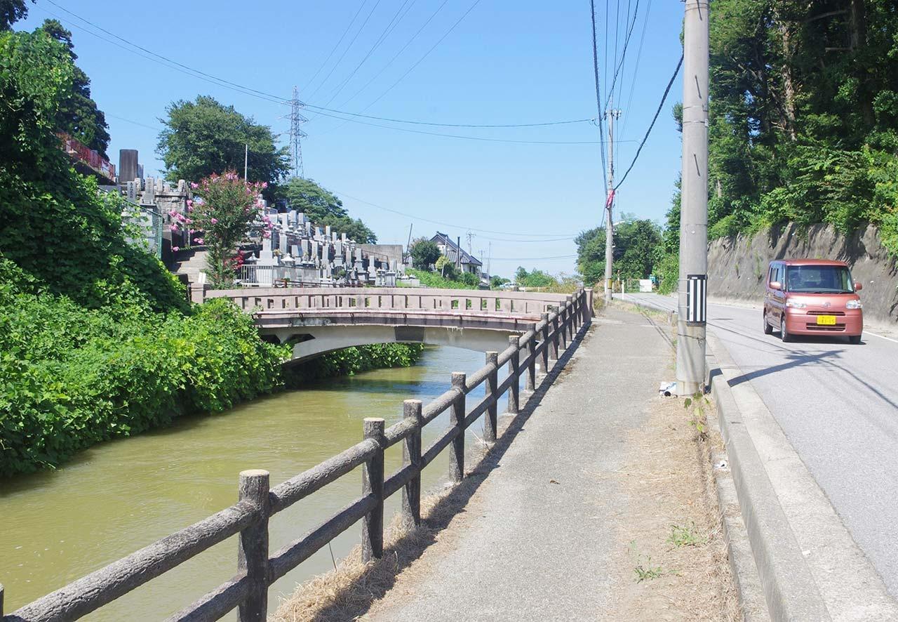 長岡霊園(左)につづく牛ケ首用水沿いの道=富山市石坂