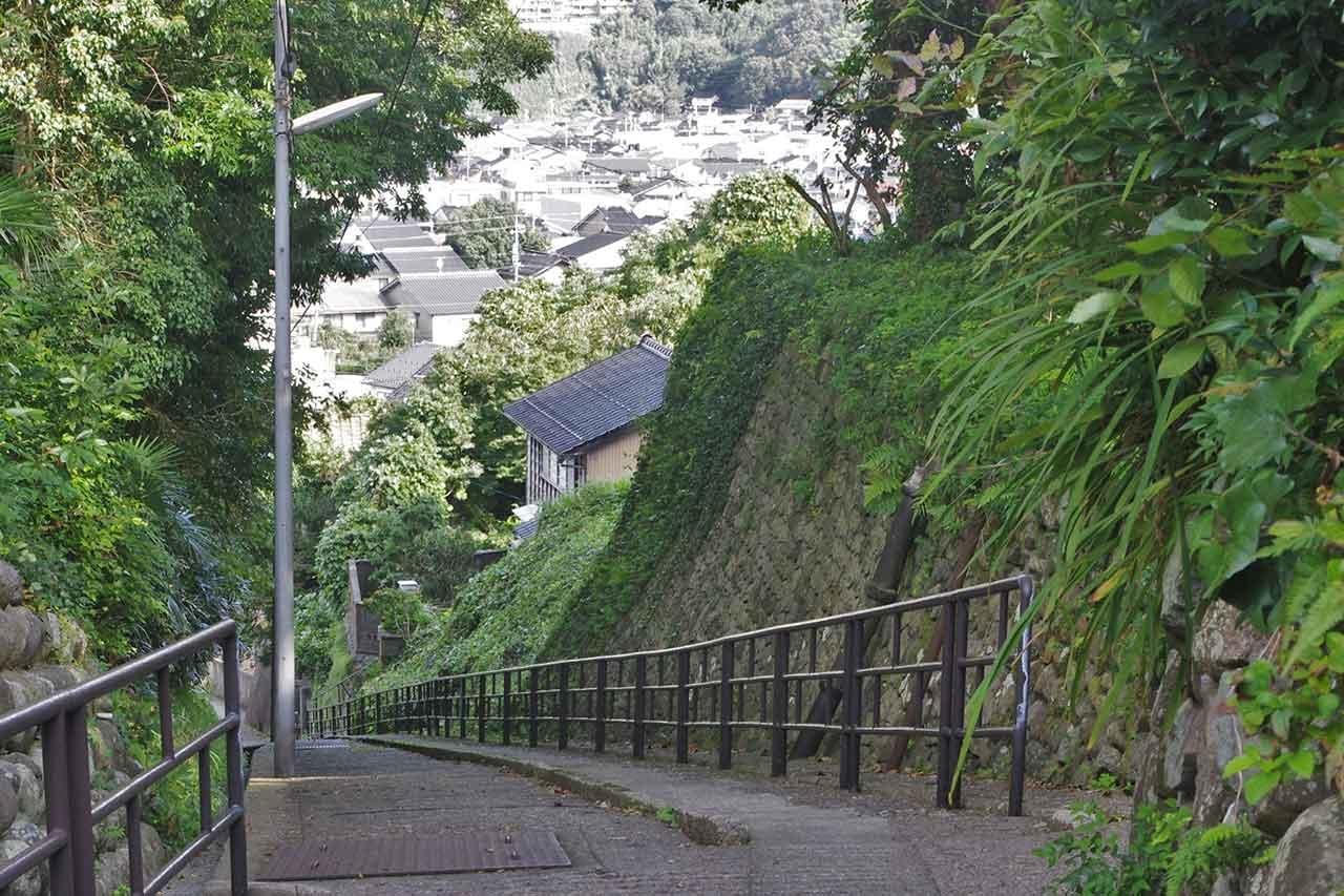 卯辰山を遠望する。石川門は左の木立にさえぎられて見えない。