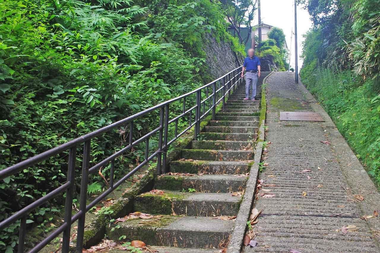 この先に山門はあった。左・宝円寺、右・永福寺
