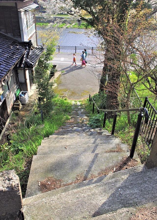 バス通りから浅野川沿いに下りる