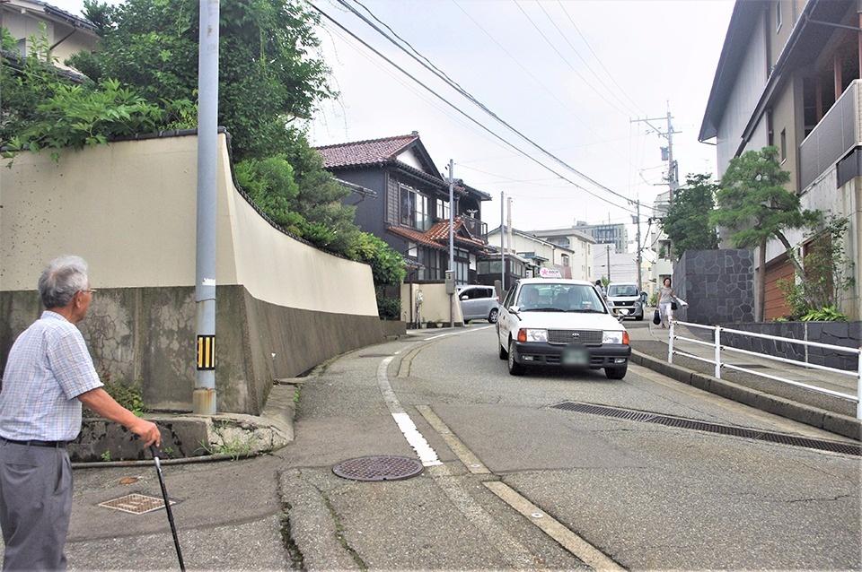 白山坂。下りた先は猿丸神社(下り一方通行)