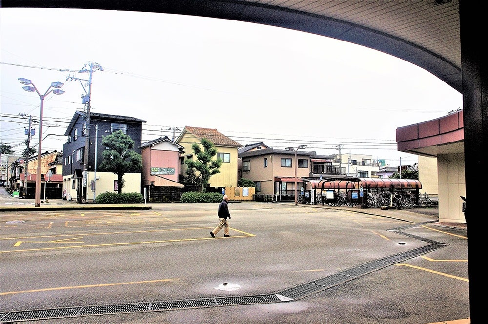 駅舎から石坂角場跡方面を望む。駅前ロータリー、住宅街が広がる
