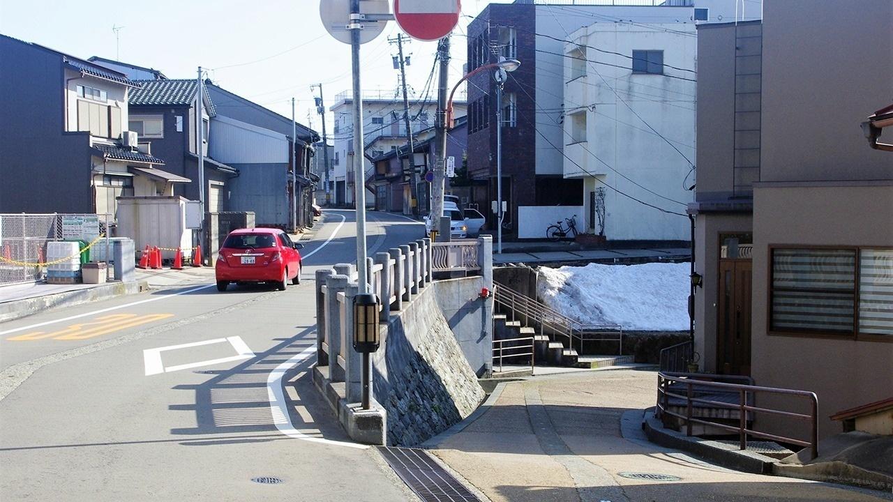 旧湯涌街道(県道野田・上野町線㊧)から右へ下りる
