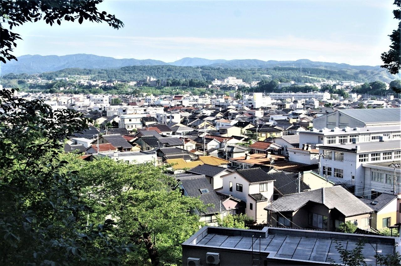 右手に大乗寺山、倉ヶ岳を望む