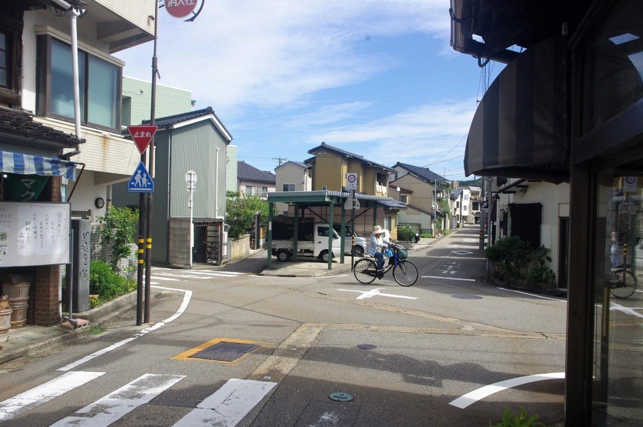 変則五差路の交差点。中央左の路地が漏尿坂