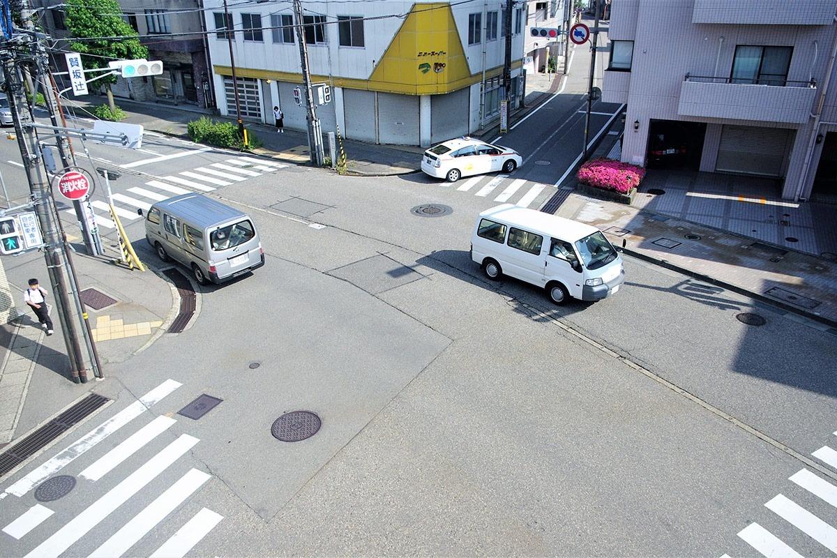 兼六大通りの開通で広くなった賢坂辻。写真左上辺りに御小人町の小路があった