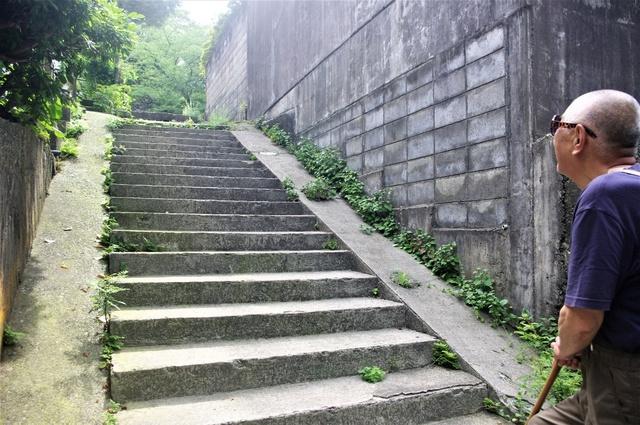 三角地面跡の西端に付けられた石段。上ると尻垂坂