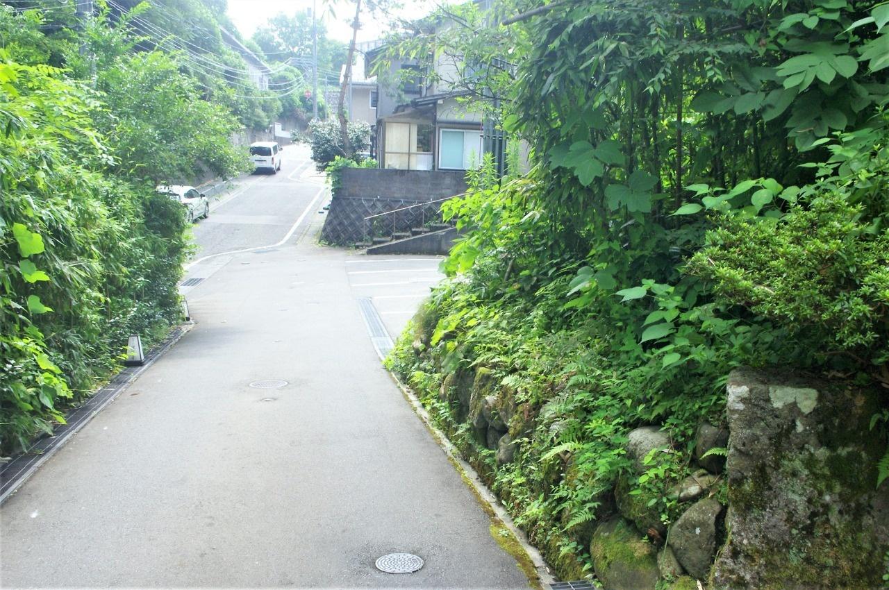 男坂から見る天神坂。右の石垣は女坂分岐の名残りか