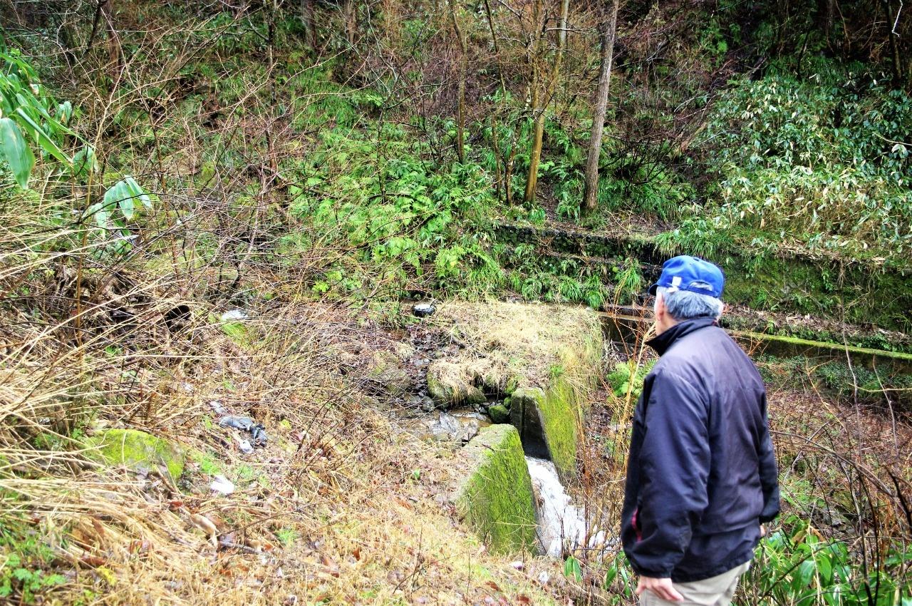 対岸の谷川沿いにかつての軍道坂があった
