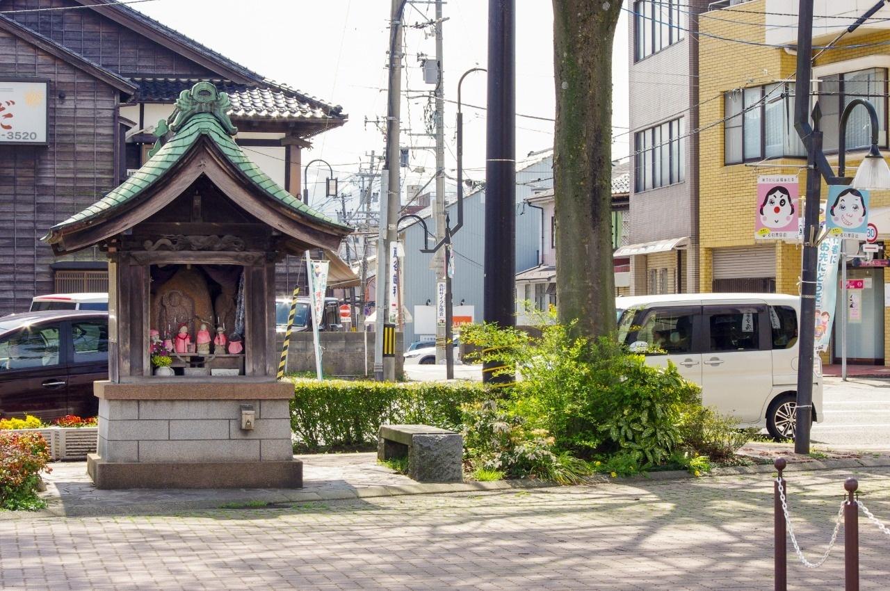 金沢城に向かって建つ下馬地蔵。中央奥が旧湯涌街道